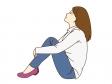 女性が体育座りしているシーンのイラスト