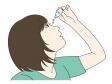 目薬をさしている女性のイラスト