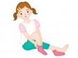 靴下をはく子どものイラスト