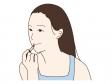 口紅を塗っている女性のイラスト