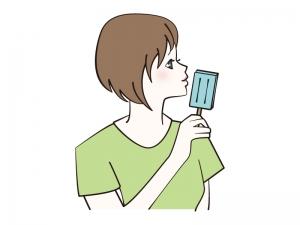 アイスバーを食べる女性のイラスト