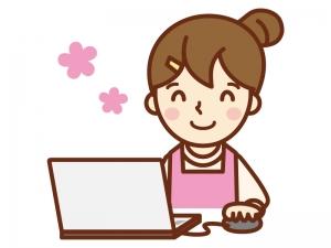 パソコンをにこやかにする主婦のイラスト