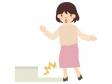 段差につまづく人(女性)のイラスト